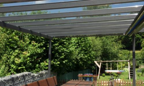 Balkonüberdachung aus Stahlstreben mit Glaseinlagen