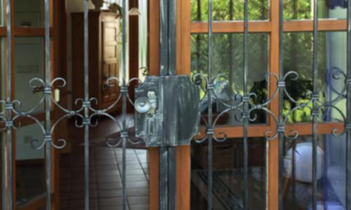 Gittertür, Balkontür mit geschmiedeten Verzierungen